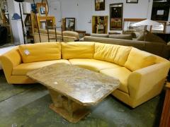 Svängd soffa